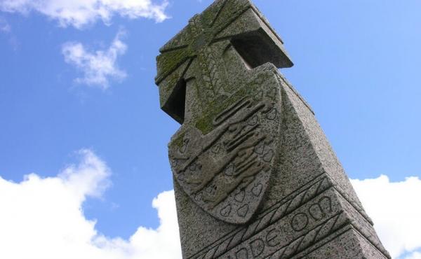 Toppen af den sværdformede mindesten.