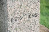 Mindestenen er udført i lys grå granit.