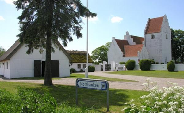 Følg skiltet ved Jungshoved kirke og grusvejen til P-pladsen ved slotsbanken.