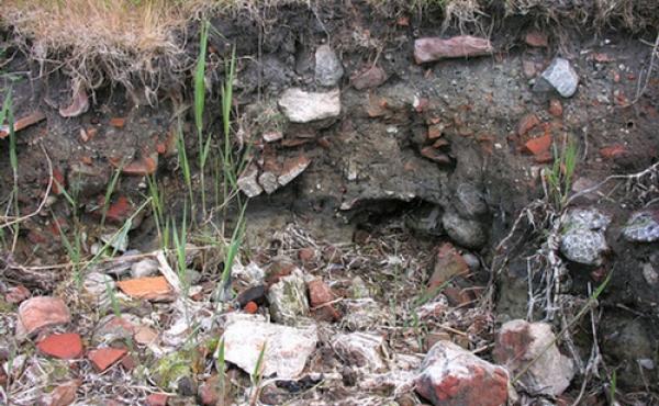 I strandkanten vest for voldstedet ses tegl og andre byggematerialer fra nedbrydningen af slottet.