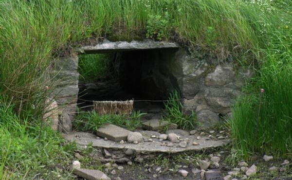 Den lille stenbyggede bro leder Hærvejen over Haller Å. Åen er ofte udtørret om sommeren.