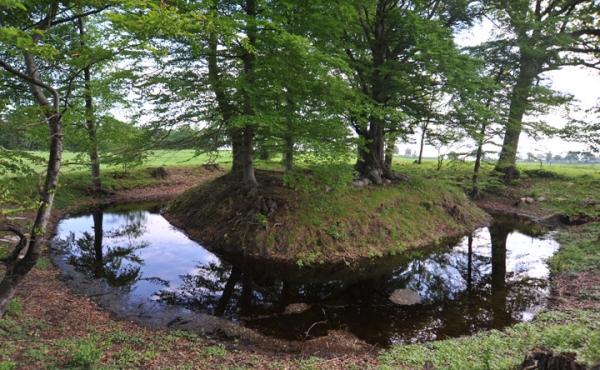 Panorama over voldstedet Kong Valdemars Jagtslot set fra sydvest langs ydersiden af voldgraven.