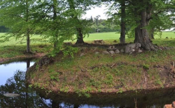 Voldbanken med stensætninger fra fundamentet set fra syd.