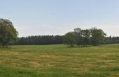 Voldstedet ligger smukt plejet i nutidens godslandskab og eng langs Stensby Møllebæk.