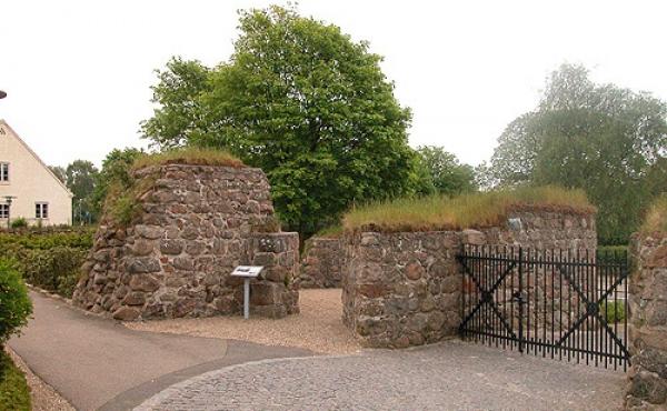Tårnet set fra kirkegården. I nordvestsiden ses åbningen til tårnrummet.