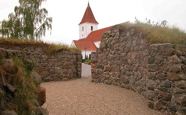 Indre af tårnet set fra sydøst. Bemærk alternichen i vestsiden af indgangsåbningen.