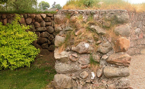 Den 1,5 m tykke mur i tårnet og den 1 m tykkere mur omkring kirken kunne sikkert modstå kraftige angreb.