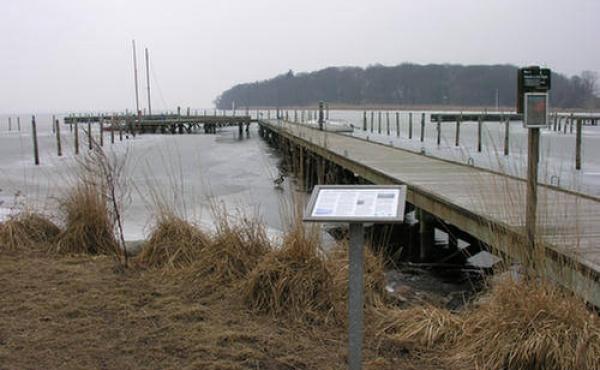 Ved sejlklubben er der opsat et informationsskilt om sejlspærringen.
