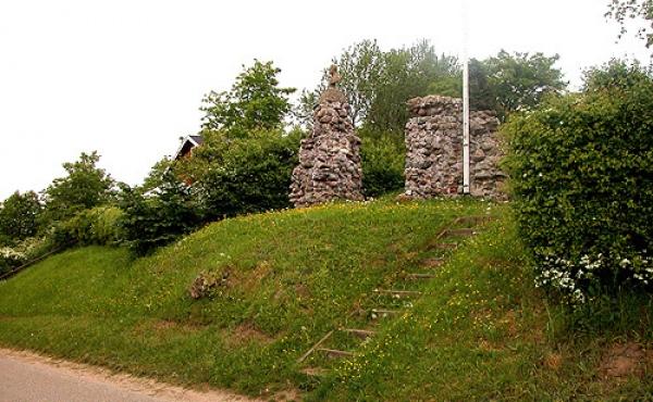 I dag er kirkeruinen omgivet af bebyggelse, og kun en meget lille del af ruinen er tilbage.