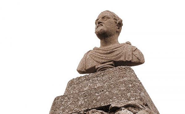 Kongebusten af kong Fredrik d. VII. som reddede ruinen fra total udslettelse.
