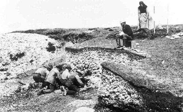 9: Udgravning i 1890`erne af Ertebølle-køkkenmøddingen v. Limfjorden som gav navn til kulturperioden. Foto: National- museet.