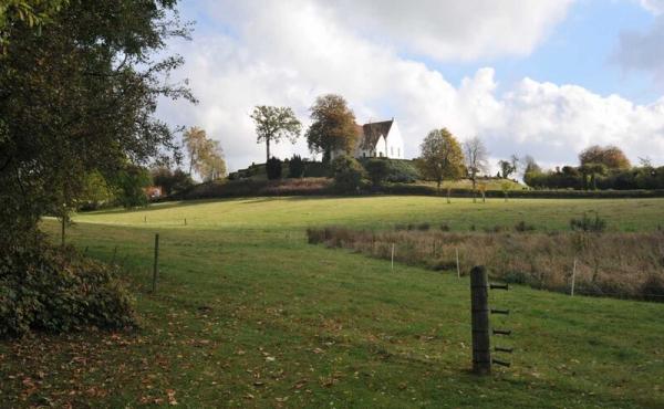 Udsigt fra SV.-enden af halvkredsvolden over Præsteengen mod Pedersborg Kirke.