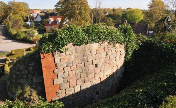 De tilhuggede kvadresten danner en fin bue fra rundkirkens mure.