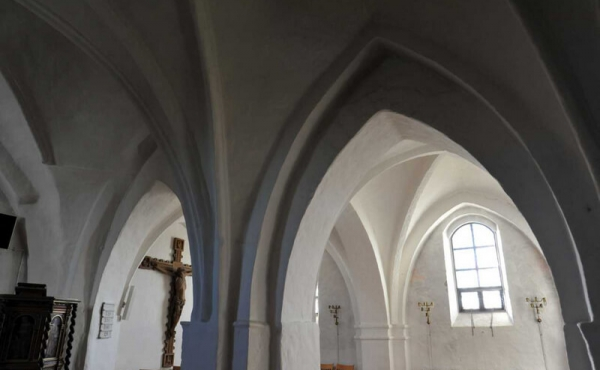 Kirkens loft er smukt hvælvet.