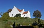 Pedersborg kirke er anlagt utroligt smukt og atypisk på toppen af den gamle morænebakke med vid udsigt over Pedersborg Sø.