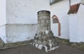 Ved kirkens våbenhus står en stensøjle som stammer fra fund af kvadresten på kirkegården. Rundkirken havde fire store stensøjler.