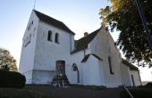 Nutidens kirke med stensøjlen fra rundkirken.