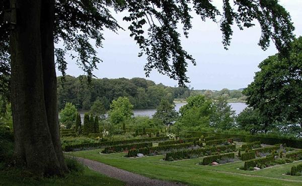 Slotsbanken er i dag park og kirkegård og med flotte udsigter.