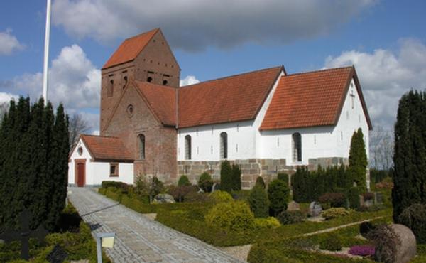 Vorbasse kirke set fra hovedindgangen i sydøst.