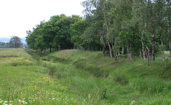 Munkekanalen øst for Øm Kloster ses stadig tydeligt i landskabet.