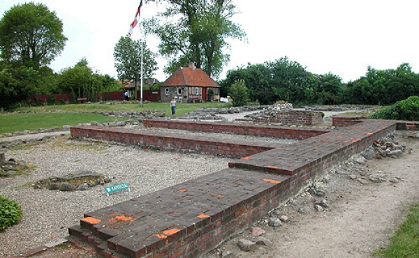 Ruinerne fra klosterets østfløj set fra sydøst.