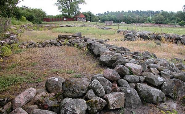 Ruinerne fra klosterets vestfløj set fra syd.
