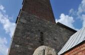 5: Runestenen og kirkens tårne spiller flot sammen.