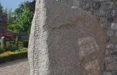 6: Runestenen set fra øst.