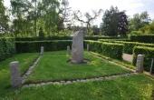 8: Mindelunden nord for kirken med markeret grundrids efter middelalderens ruiner.