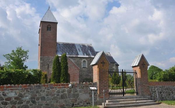 Kirkens sydvendte indgangsparti.