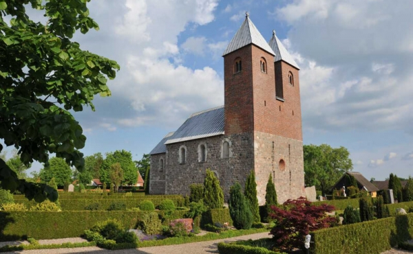 Fjenneslev Kirke med de karakteristiske to tårne set fra nordvest.