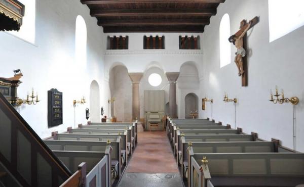Kirken indefra. Bemærk de to store granitsøjler i enden af kirkeskibet under tårnene.