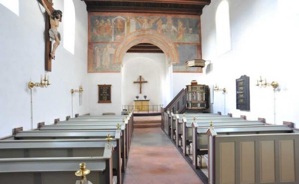 Fjenneslev kirkes smukke kor og kirkeskib.