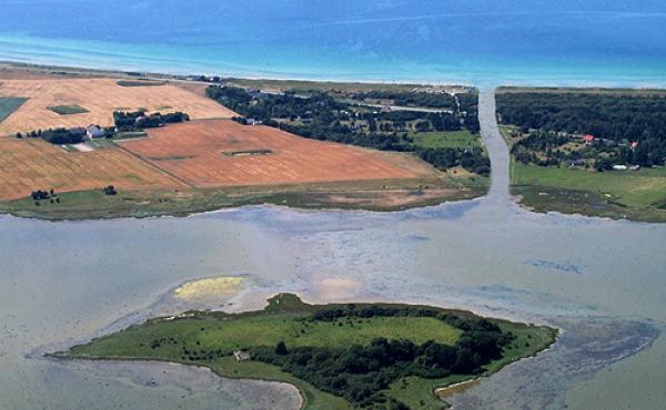 """Den nu tørre Kanhavekanal set fra luften mod vest - og med """"tilføjet"""" vand."""
