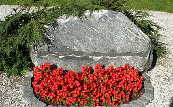 2: Runestenen var frem til 2015 opsat vandret, men er nu restureret og genopsat lodret som oprindelig i vikingetiden.