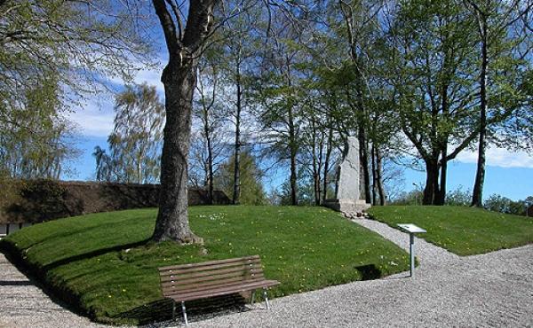 2: Gravhøjen ved Rimsø Kirke som i dag indgår i kirkens kirkegård har oprindeligt set ganske anderledes ud.