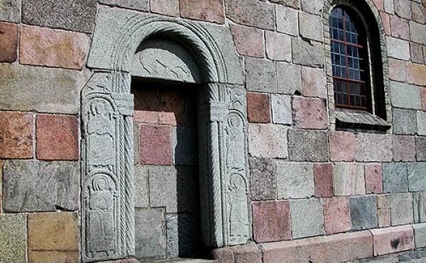 7: Den nu tilmurede stenportal i kirkens sydvæg.