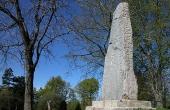 Rimsø-runestenen på sin plads ved gravhøjens sydside hvor den blev opsat i 1889.