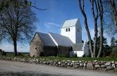 6: Rimsø Kirke er en gammel og meget smuk kvaderstenskirke. Her set fra nordøst.