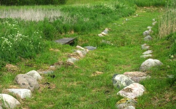 4: De store kantsten markerer tydeligt den gamle vejbane.
