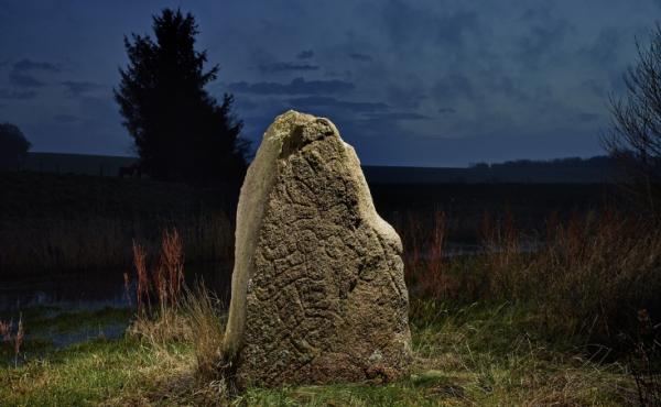 2: Sjelbro-stenen ved Alling Å. Foto Roberto Fortuma, Nationalmuseet.
