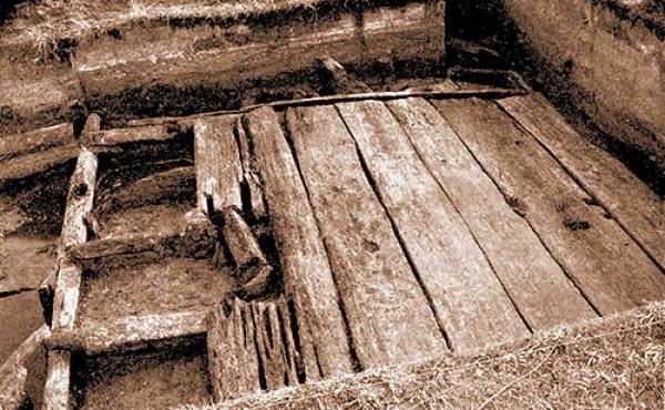 7: Udgravningsfoto af den øvers- te af vikingetidens 2 svelleveje som ligger ovenpå 2 stenlagte veje fra tidlig jernalder. (Foto T.G. Bibby, 1953).