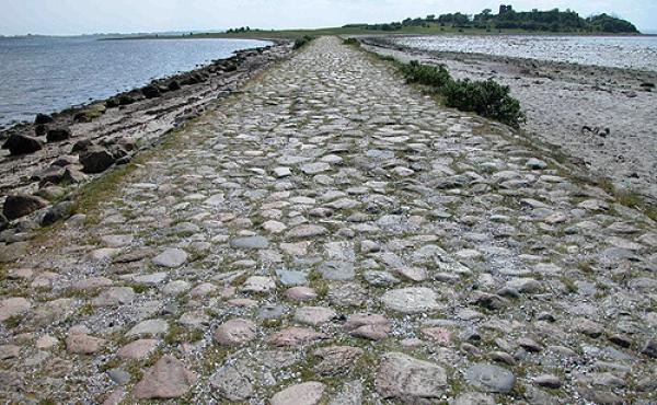 Den stenbrolagte og 500 m. lange vejdæmning til Kalø.borgen set fra nord.