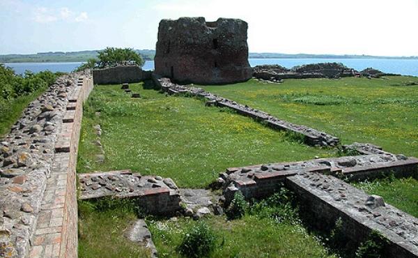 Ruiner indenfor den nordøstlige ringmur og Kalø-borgens tårn set fra nordvest.