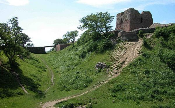 Kalø-borgens voldgrav med stensat brønd og vindebro set fra nordøst.