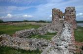 Ruiner langs den sydøstlige ringmur og portåbningen indtil tårnet set fra sydvest.