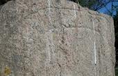 2: Nærbillede af runeteksten på toppen af Svenstrup-stenen.