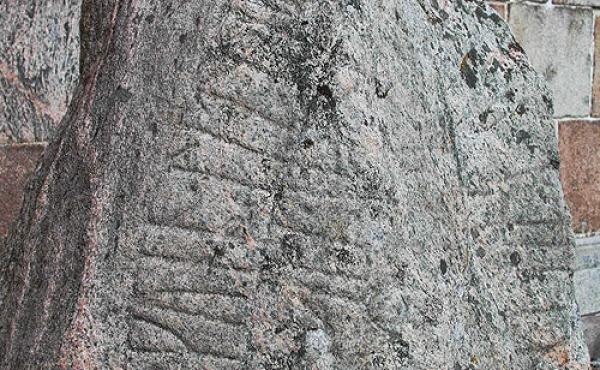 Detalje af runebåndet øverst på den lille Ålum-runesten.