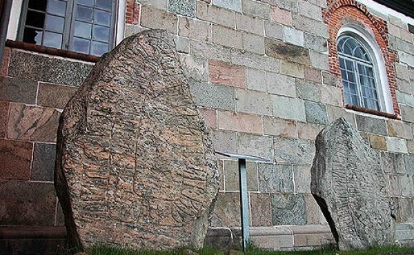 De to flotte runesten udenfor våbenhuset ved Ålum Kirke.