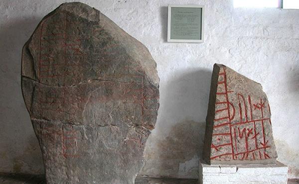 De to runesten i Ålum Kirkes våbenhus.